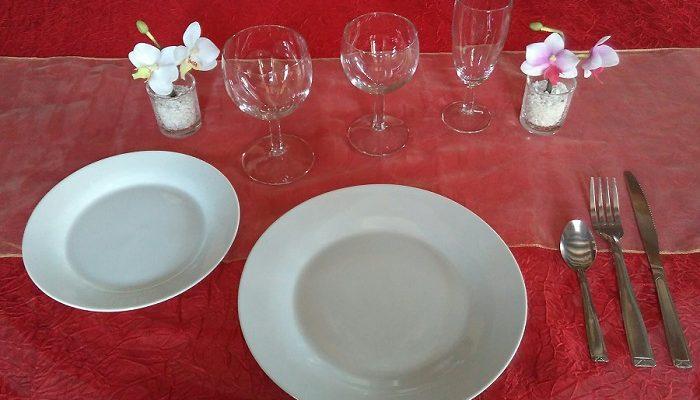 Formule 3 verres: 1 assiette plate et ronde de 23cm / 24cm en porcelaine blanche + 1 assiette à dessert en porcelaine blanche + 1 verre à eau + 1 verre à vin + 1 flûte à champagne + 1 fourchette + 1 couteau + 1 petite cuillère
