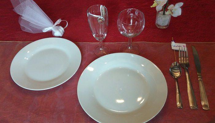Formule de Base en porcelaine blanche: 1 assiette plate et ronde de 23cm / 24cm+ 1 assiette à dessert + 1 verre à vin+ 1 flûte à champagne+ 1 fourchette + 1 couteau + 1 petite cuillère