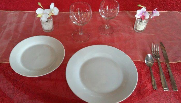 Formule de Base Plus en porcelaine blanche:1 assiette plate et ronde de 23cm /24cm+ 1 assiette à dessert + 1 verre à vin + 1 verre à eau+ 1 fourchette + 1 couteau + 1 petite cuillère