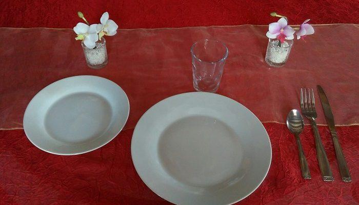 Formule Enfant en porcelaine blanche:1 assiette plate et ronde de 23cm / 24cm + 1 assiette à dessert + 1 verre jus de fruit+ 1 fourchette + 1 couteau + 1 petite cuillère