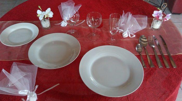 Formule Mariage en porcelaine blanche: 1 assiette plate et ronde de 26 cm+ 1 assiette plate et ronde de 24 cm/23cm + 1 assiette à dessert + 1 verre à eau+ 1 verre à vin + 1 flûte à champagne+ 1 fourchette + 1 couteau + 1 petite cuillère+1 grosse cuillère + Complément : 1 couteau pour le fromage