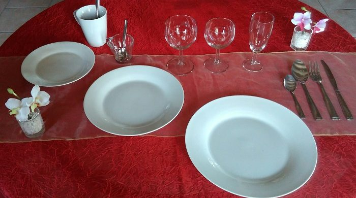 Formule Prestige POUR 10 CONVIVES: 10 assiettes plates et rondes de 26 cm+ 10 assiettes plates et rondes de 23 /24cm+ 10 assiettes à dessert + 10 verres à eau+ 10 verres à vin + 10 flûtes à champagne+ 10 fourchettes + 10 couteaux + 10 petites cuillères+ 10 grosses cuillères + 5 tasses à café
