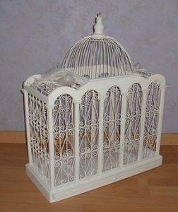 Cage blanche ouvragée en bois et en métal pour recevoir les lettres de vos convives.